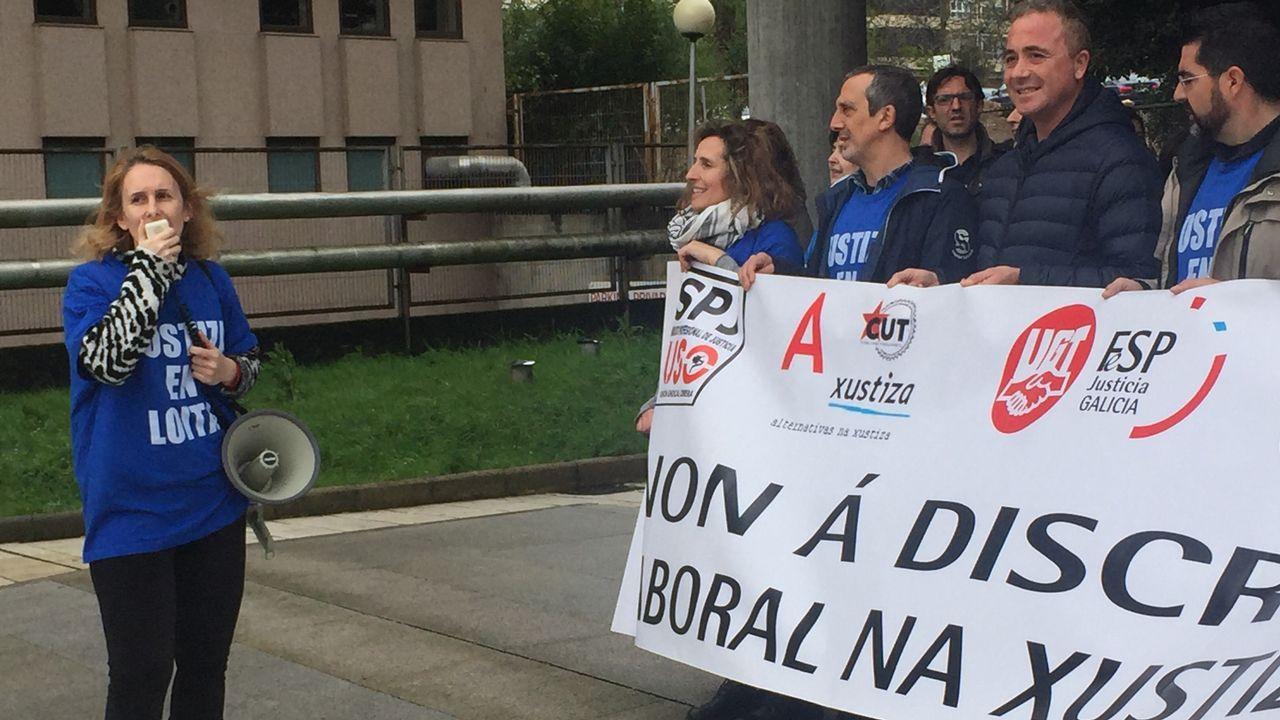 Protesta en la catedral de los trabajadores de Justicia.Cerca de 15.000 gallegos siguen vivos oficialmente