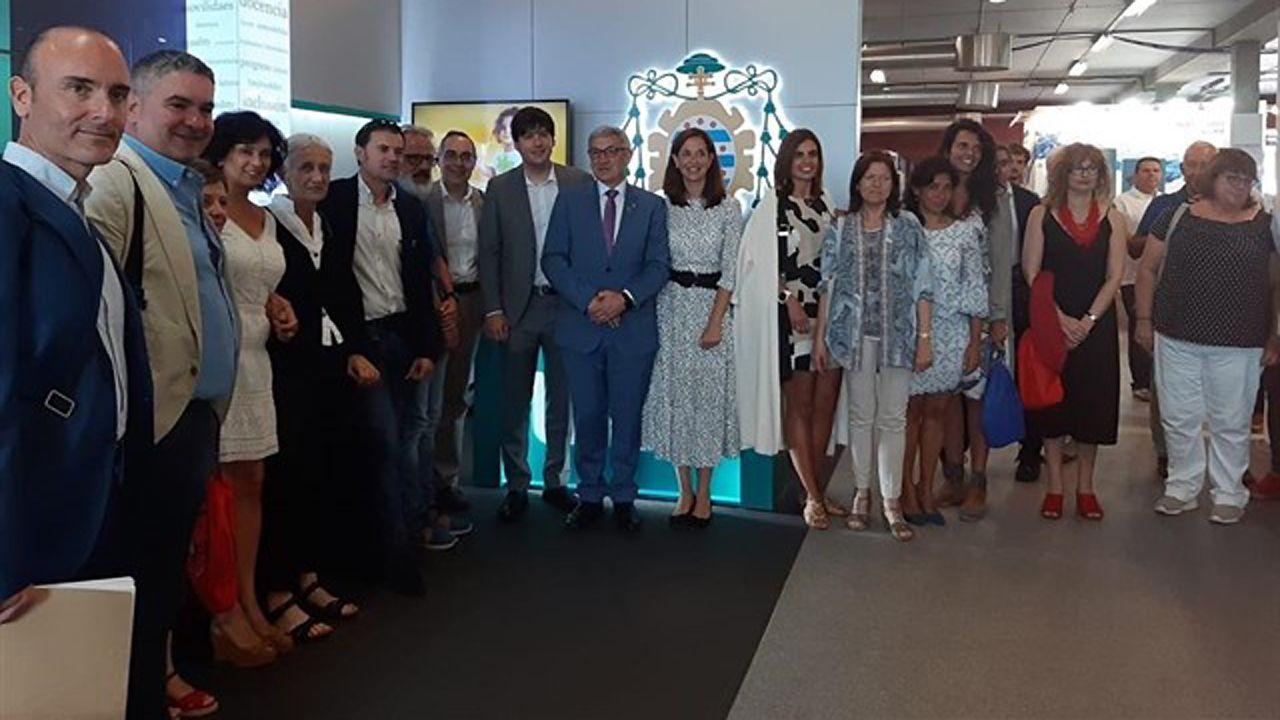 El rector de la Universidad de Oviedo, Santiago García, durante su visita al stand de la institución académica por diversas autoridades y representantes académicos