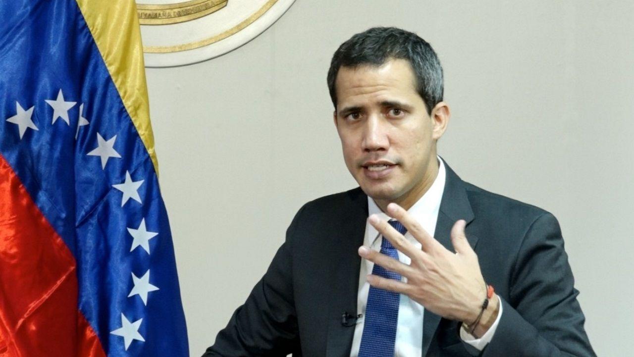 Guaidó: «Espero que la democracia española sea fuerte para hacer frente a la dictadura de Maduro».Venezolanos carga, en 1999, alimentos en el área afectada por el desastre
