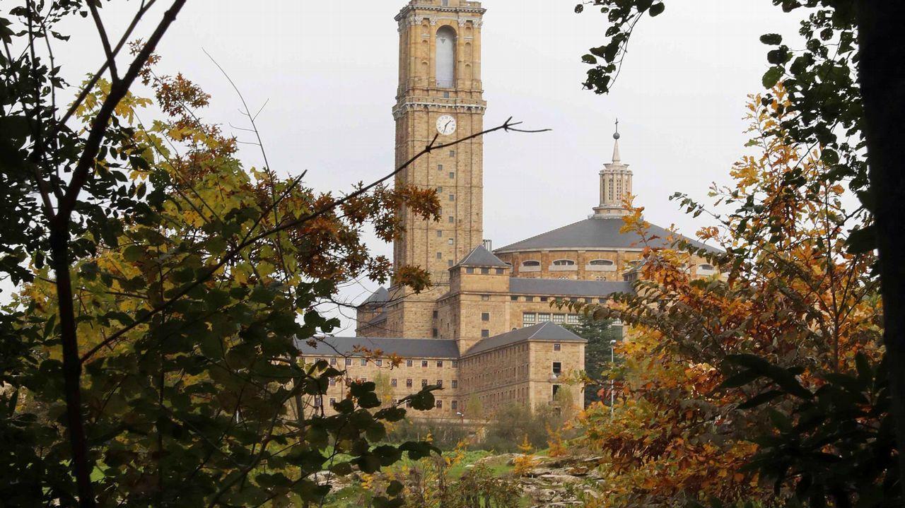 La Universidad Laboral desde el jardín botánico