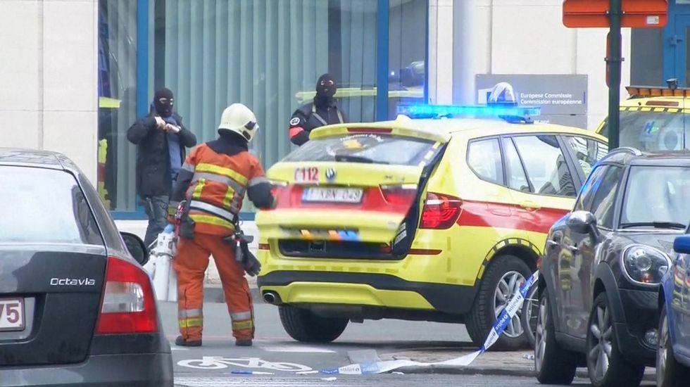 Personal del servicio de emergencia en el exterior de la estación del metro donde se ha registrado otra explosión