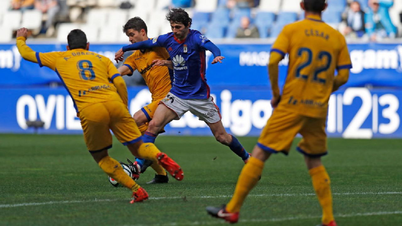 Fabbrini Real Oviedo Alcorcon Carlos Tartiere.Fabbrini pugna por el balon ante dos jugadores del Alcorcon