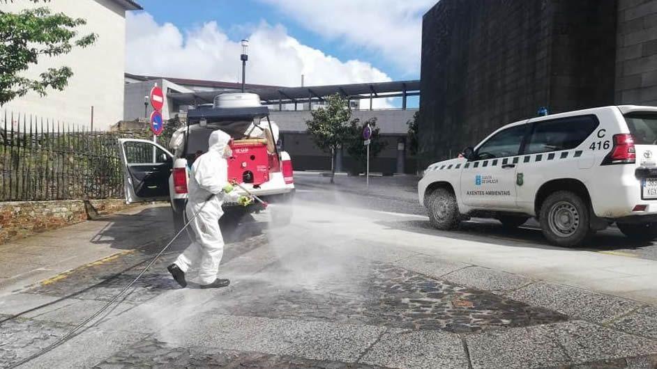 Santiago Neira, realizando tareas de limpieza y desinfección