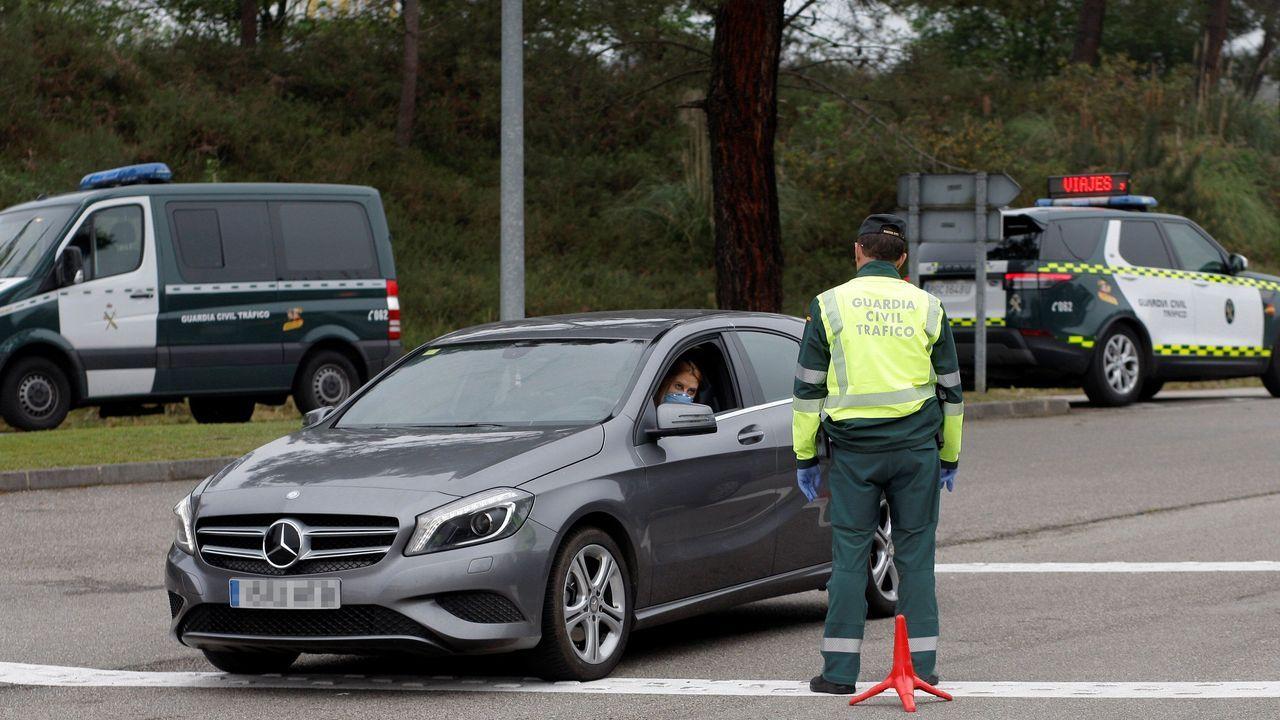 La Guardia Civil realiza un control de carretera en la A66, entre Gijón y Oviedo durante el estado de alarma decretado durante la primera ola de la pandemia de covid-19.
