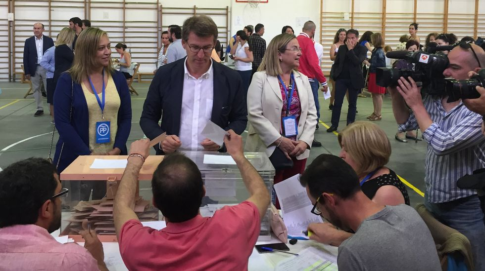 El presidente de la Xunta, Alberto Núñez Feijoo, ante las urnas