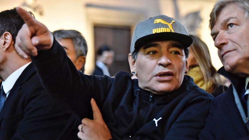 50 años de historia en 50 fotos y 400 metros.Maradona y su novia, Rocío Oliva, en una imagen de archivo