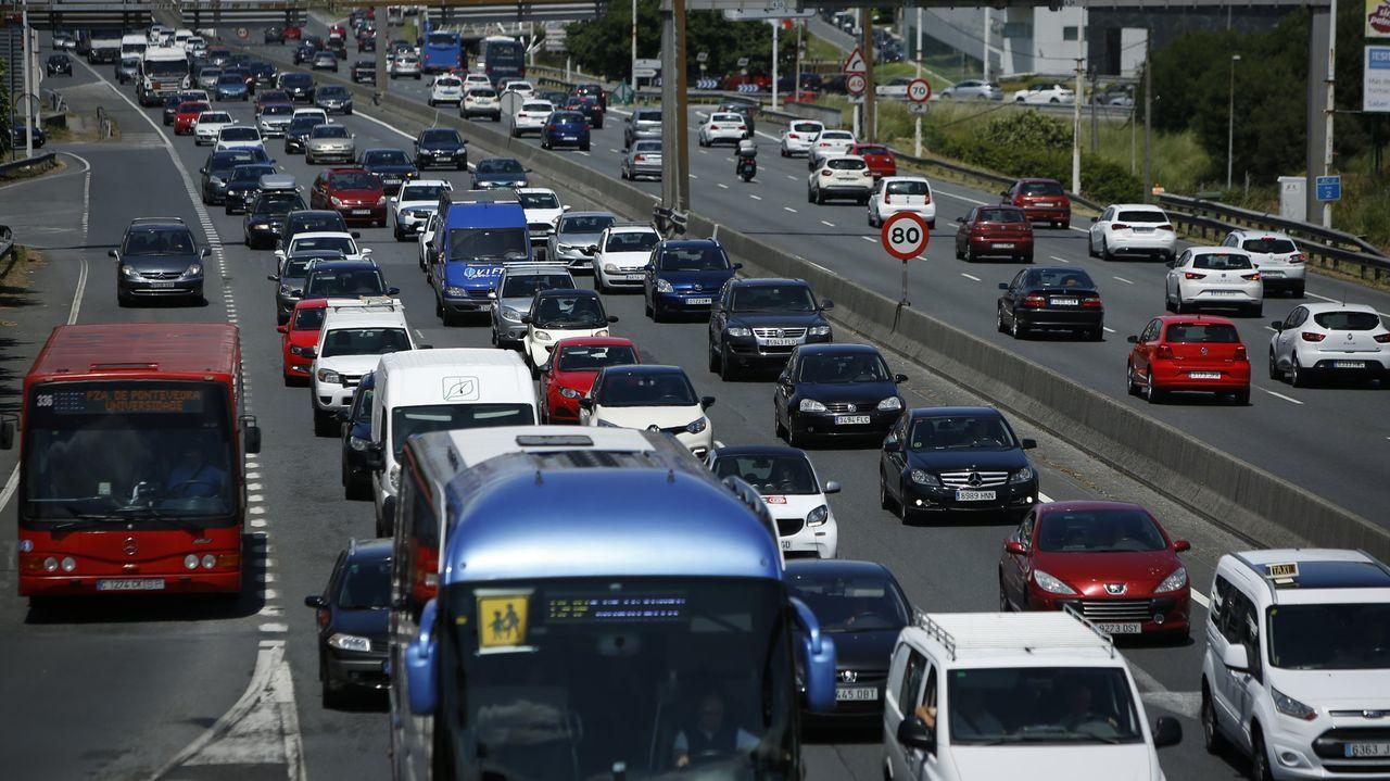 La policía local dirige el tráfico en el cruce de Gran Vía con Urzáiz a golpe de silbato.Calais