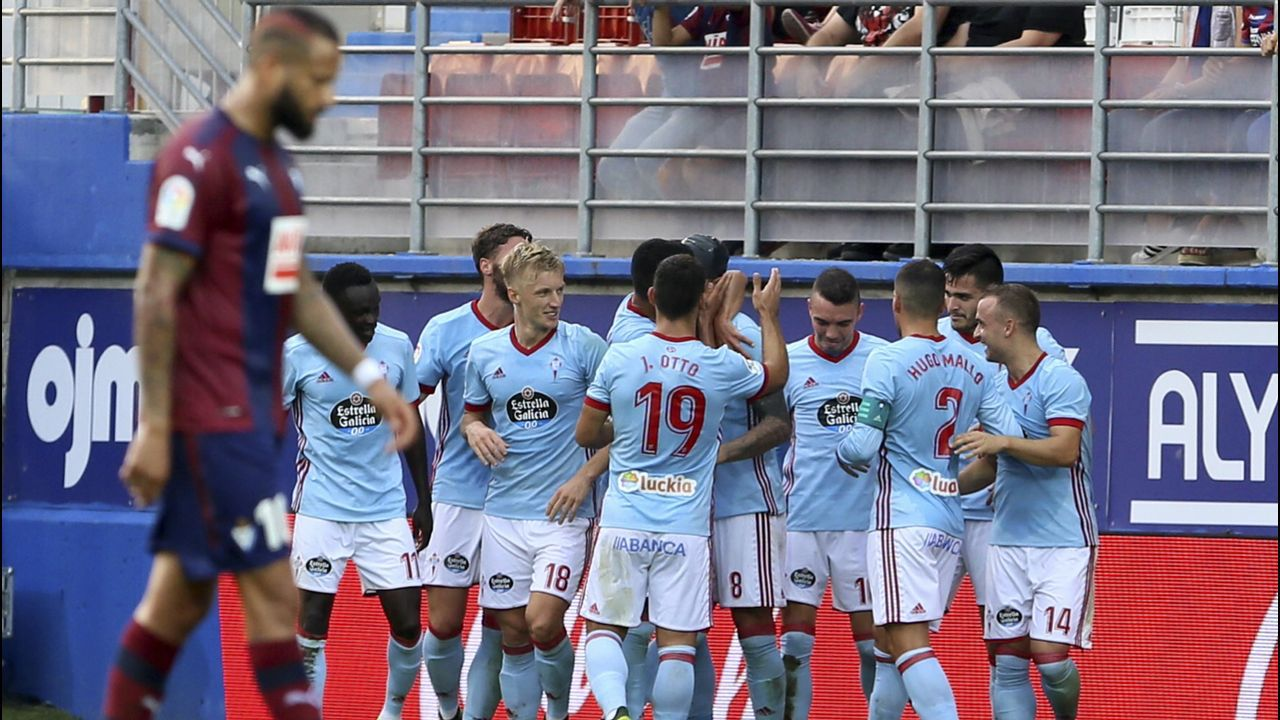 Jugadores del Barça B celebran un gol al Lugo