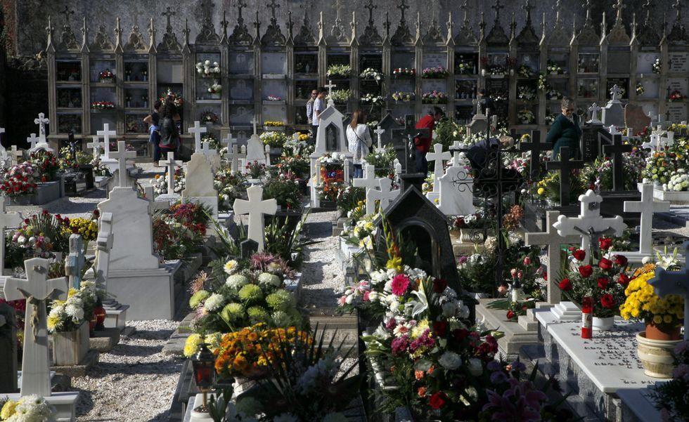 <span lang= es-es >Ofrenda floral y visita guiada al cementerio con los políticos de la ciudad. </span>La concejala, Ana Prieto. fue la encargada de presidir la tradicional ofrenda floral en el Día de Difuntos. Acto seguido tuvo lugar una visita guiada en el cementerio de la mano de la profesora de Historia, Ana Goy Diz.