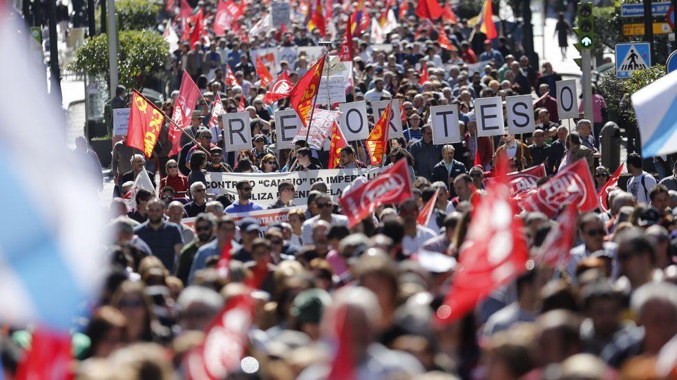Las manifestaciones del 1 de mayo.El conselleiro de Educación y el presidente de Salica firmando el convenio en la fábrica.
