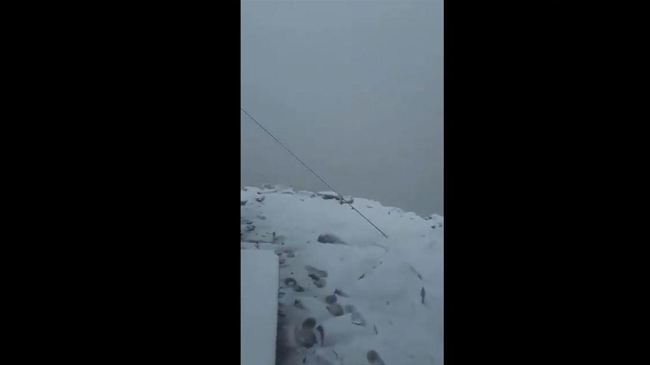 Nieve en Picos de Europa.Un grupo de turistas visita Cudillero, bajo una intensa lluvia