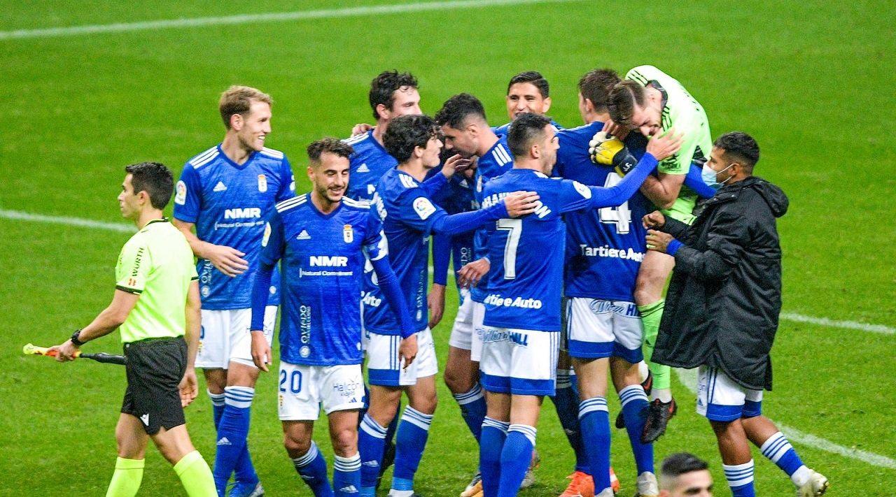 Los jugadores del Oviedo celebran la victoria en el derbi asturiano