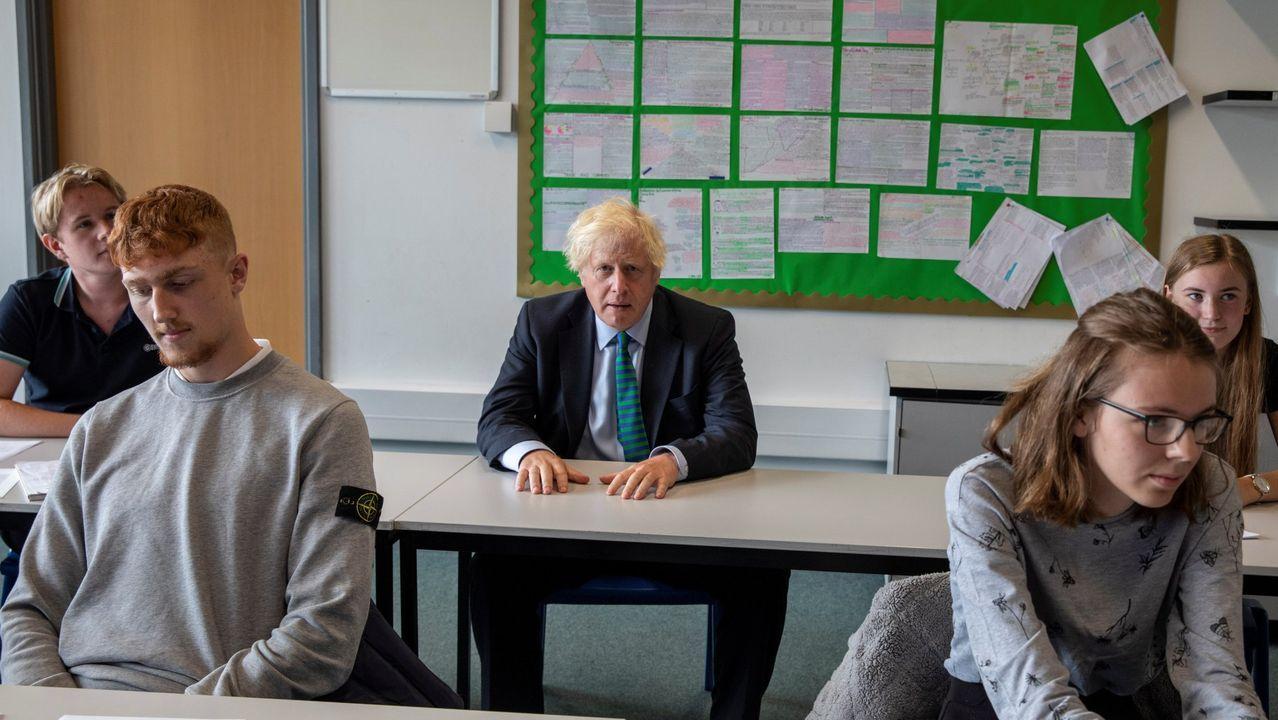 Boris Johnson en su visita a la escuela de Castle Rock el día 26, en el inicio del curso