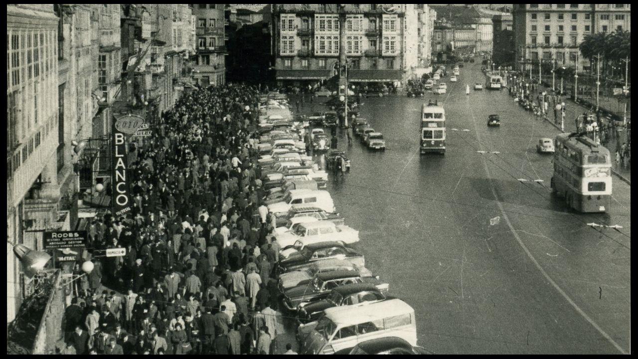 En 1959 coches y tranvías de dos pisos ya se habían adueñado del Cantón Grande, mientras los paseantes se apretujaban en una estrecha franja peatonal