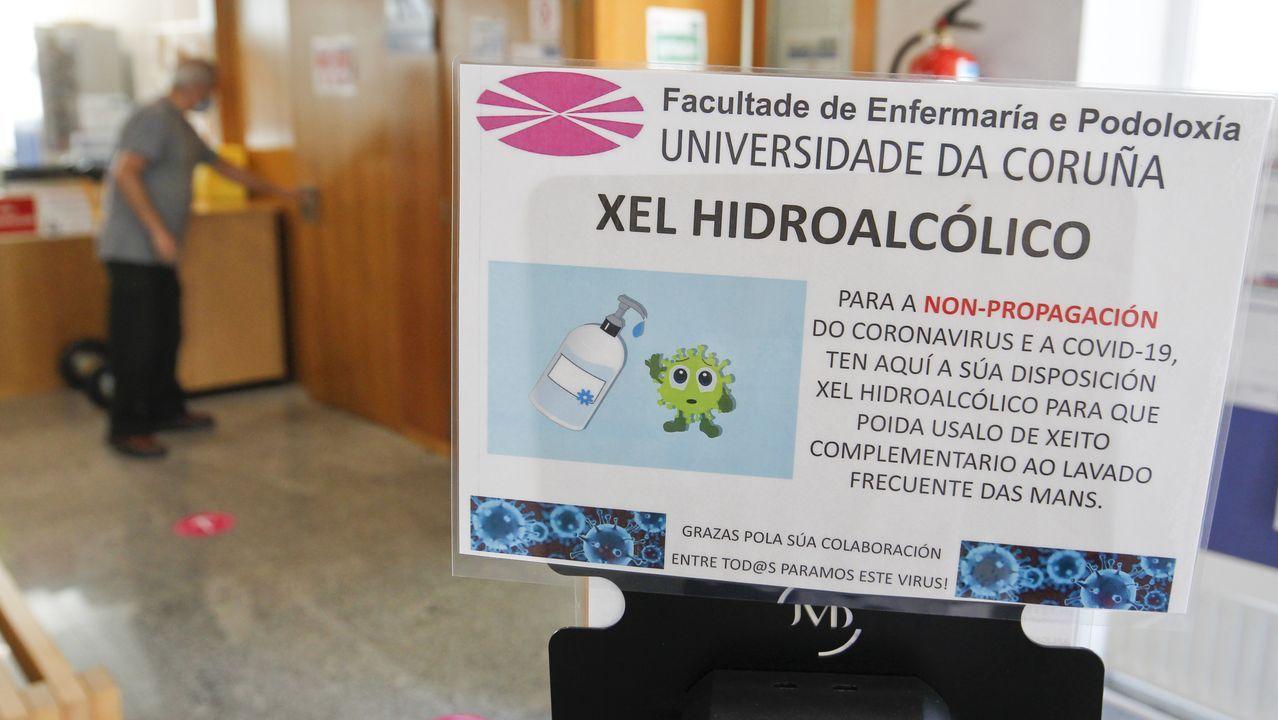 El bullicio regresa a los colegios en Ferrolterra.Uno de los abudantes carteles del campus de Ferrol informado sobre las medidas para frenar el covid