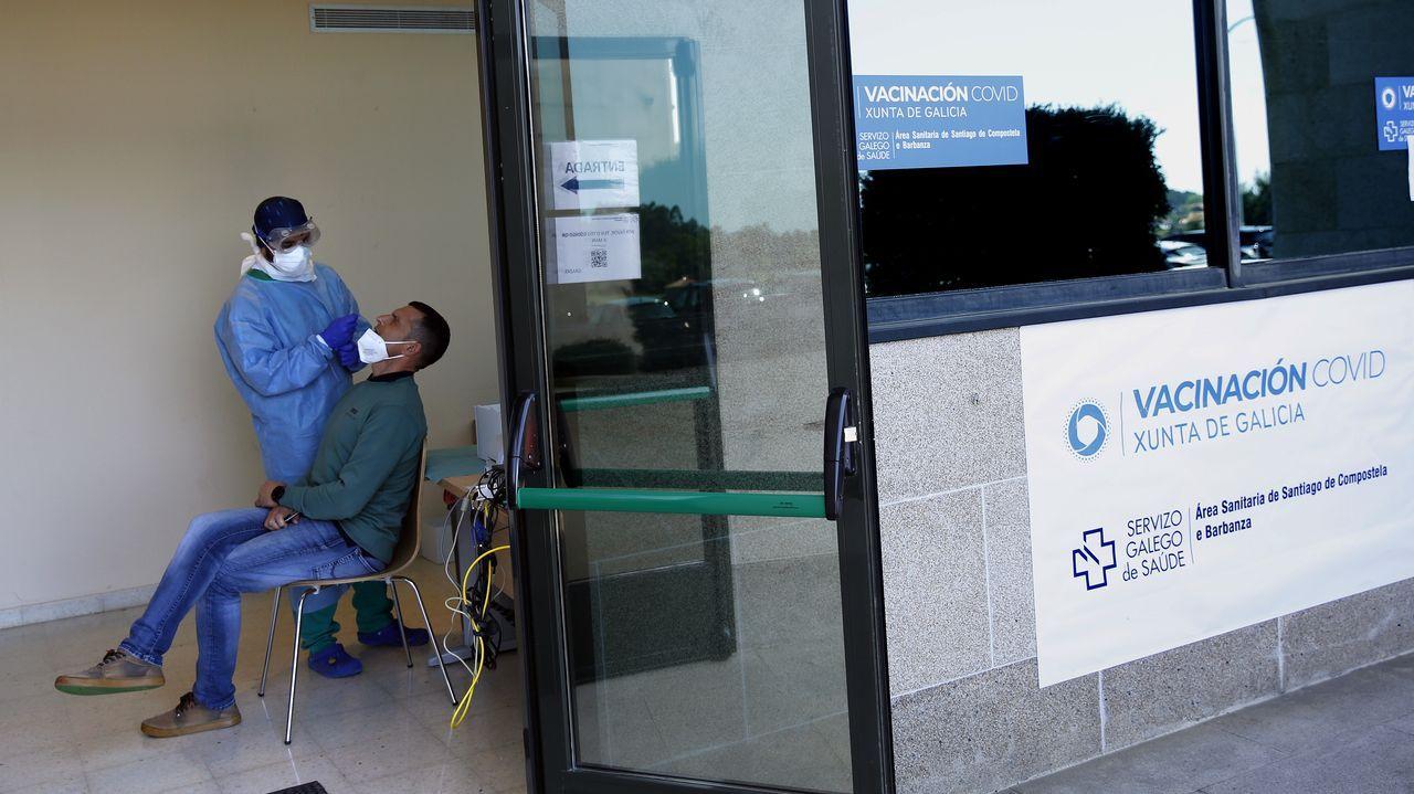 Miranda, en una imagen de archino, explicando los programas de retorno a 1.500 gallegos de Venezuela.En el salón de actos del hospital de Barbanza, que este fin de semana se utilizó para vacunar a mayores de 80 años, se inició ayer el cribado de vecinos de A Pobra que tienen entre 25 y 65 años
