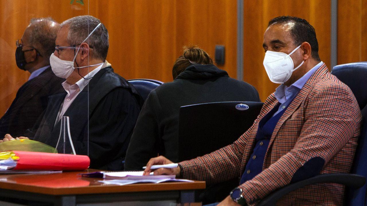La madre ( de espaldas) acusada de abandono temporal y asesinato de su bebé de 17 meses