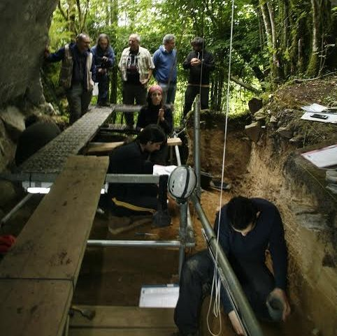 En la cueva de Ceza -cerca de Noceda do Courel- se observan marcas de garras de oso.