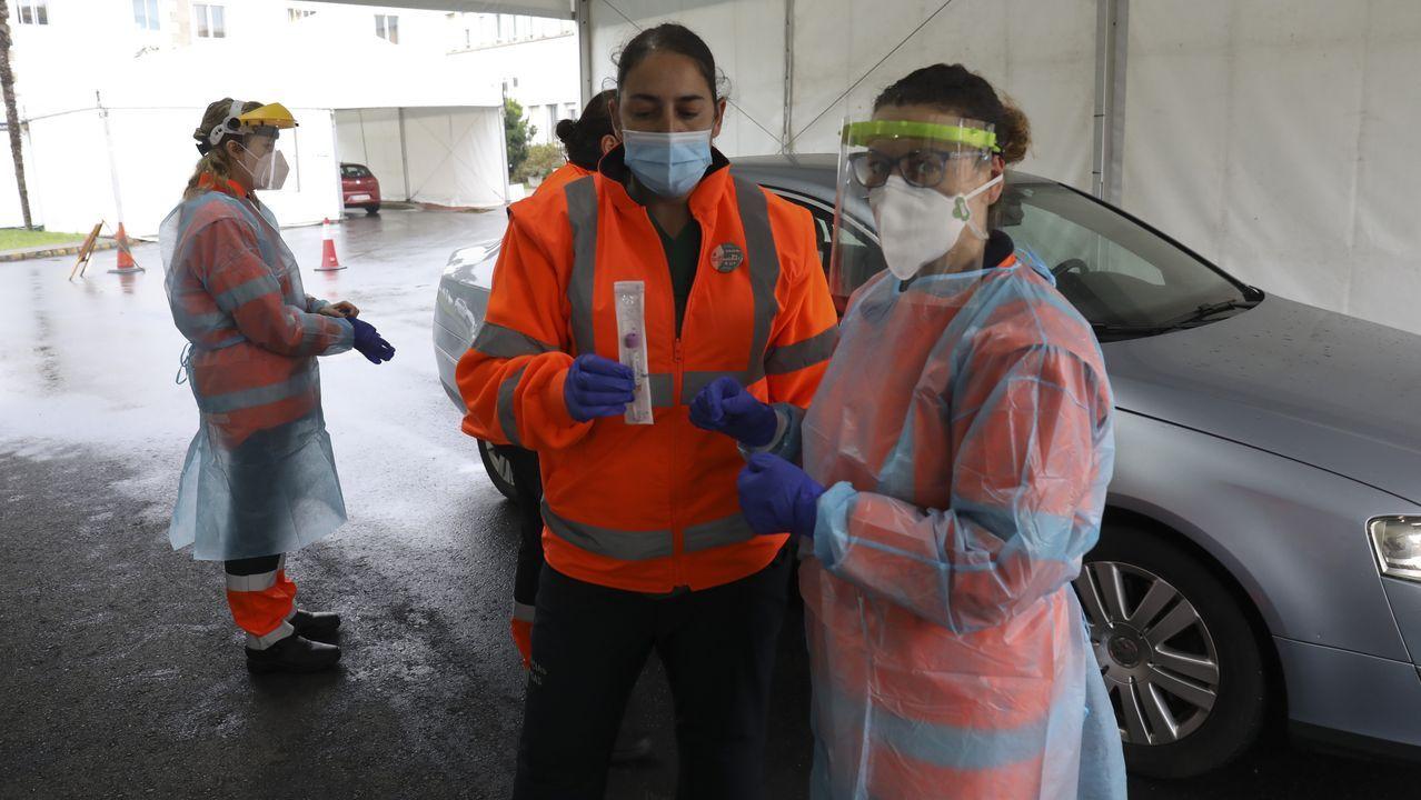 Los vecinos de O Milladoiro soportan las restricciones por la incidencia del coronavirus. En la imagen, peatones en la principal arteria, la avenida Rosalía de Castro