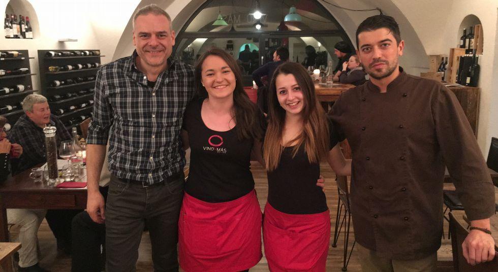 De izquierda a derecha, Manuel, Xenia, Nataliya y Santiago forman el equipo de la vinoteca/restaurante Vino y Más.