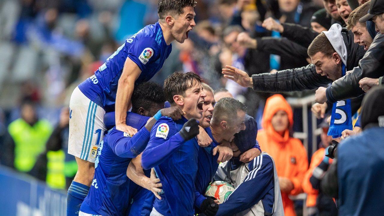 Los jugadores del Oviedo, con Nieto arriba del todo, celebran el 2-1 en el Fondo Norte