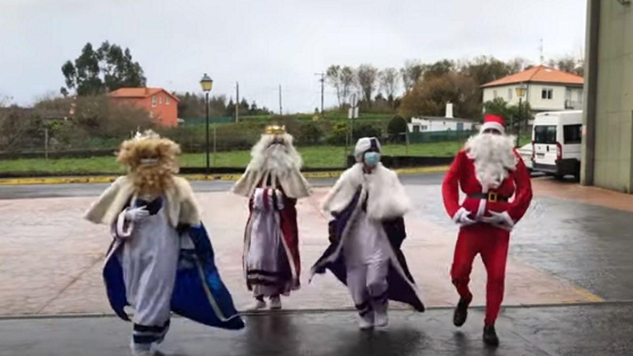 Los Reyes Magos y Papá Noel visitan la residencia de mayores de Oleiros.Cabalgata de los Reyes Magos en A Coruña