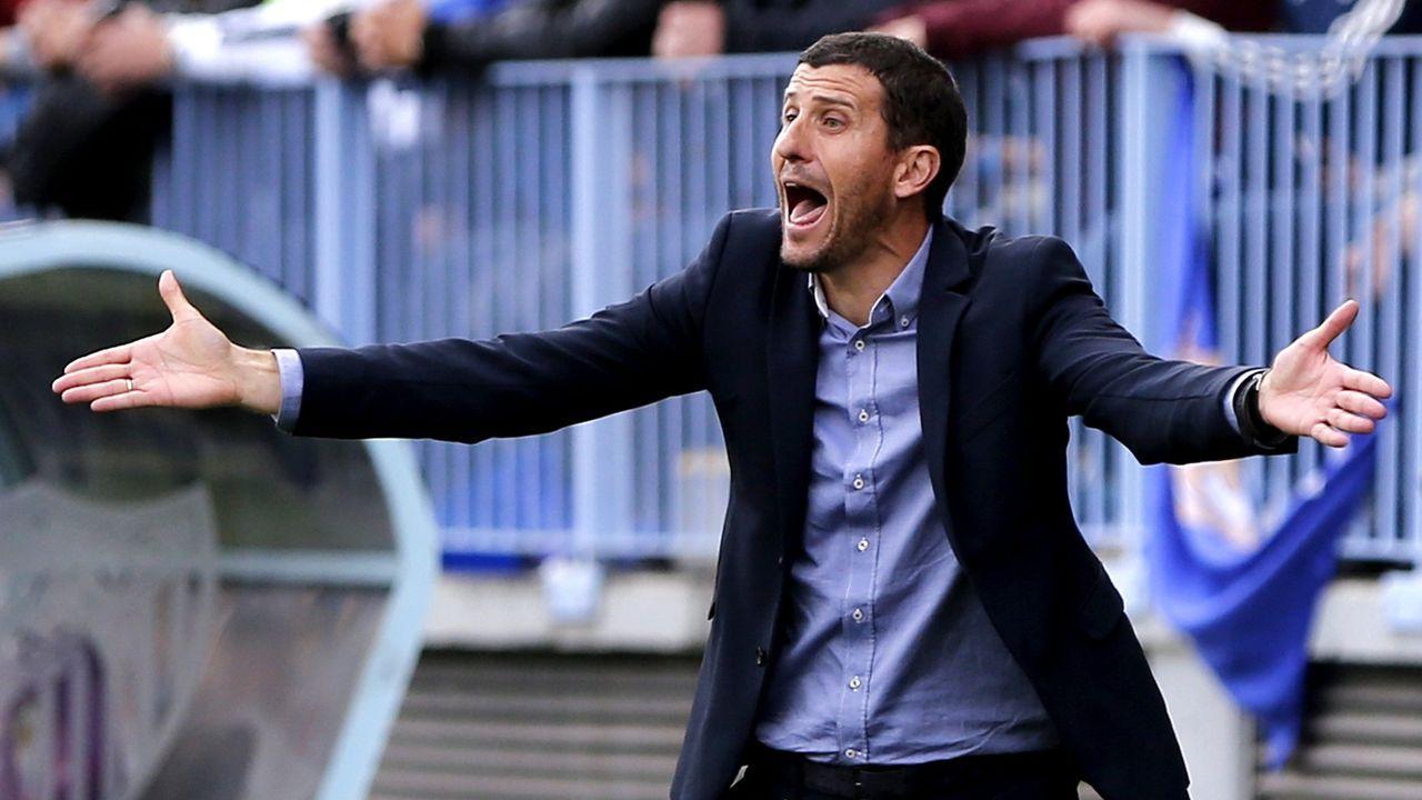 Galicia busca protagonismo en la Liga.Dos trabajadores recogen un balón en el estadio Sánchez Pizjuan