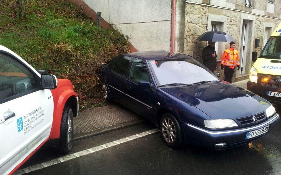 Gráfico Vilagarcía.En Cuntis, el coche impactó contra una casa.