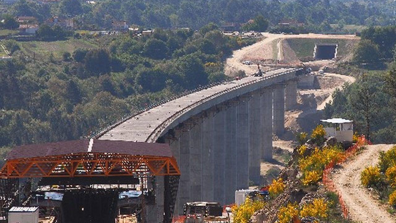 VIADUCTO DE BARBANTIÑO: 98 METROS. La foto se tomó durante las obras pero ya está en servicio desde 2010. El paralelo de la autovía también es especialmente alto