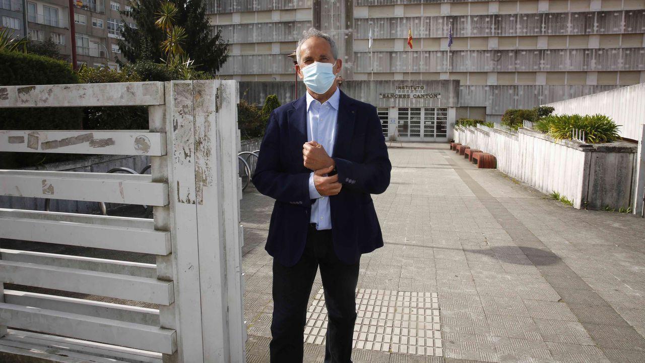 El profesor Eladio Otero, que fue director del IES Sánchez Cantón de Pontevedra, acaba de jubilarse