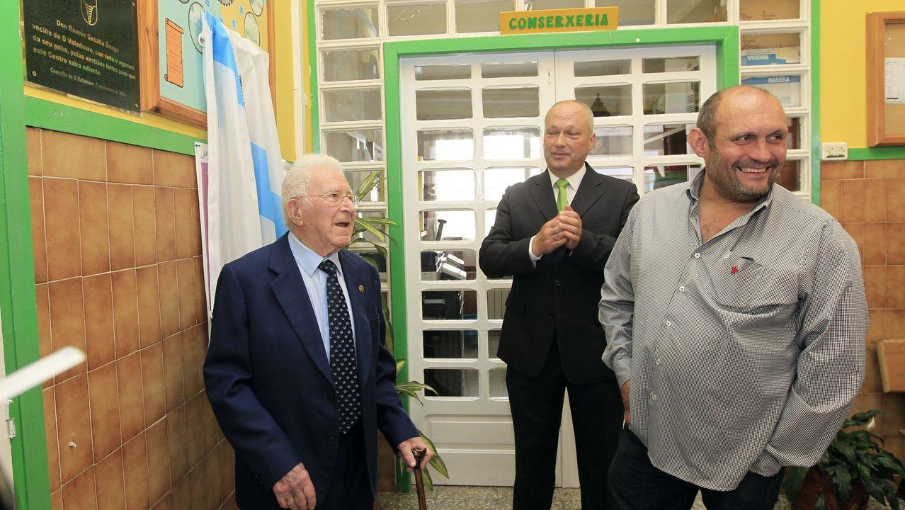 A la izquierda, Ramón Gasalla, en septiembre del 2016, cuando fue nombrado Fillo Predilecto. Lo acompañan en la fotografía el alcalde Edmundo Maseda y el concejal Eduardo Chao.