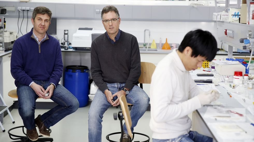 Francisco Rivadulla y José Luis Mascareñas. El primero lidera un grupo de seis personas que investiga en la otra frontera de la química, la que limita con la física. El grupo del segundo, formado por 18 investigadores, trabaja en tres líneas de la química.