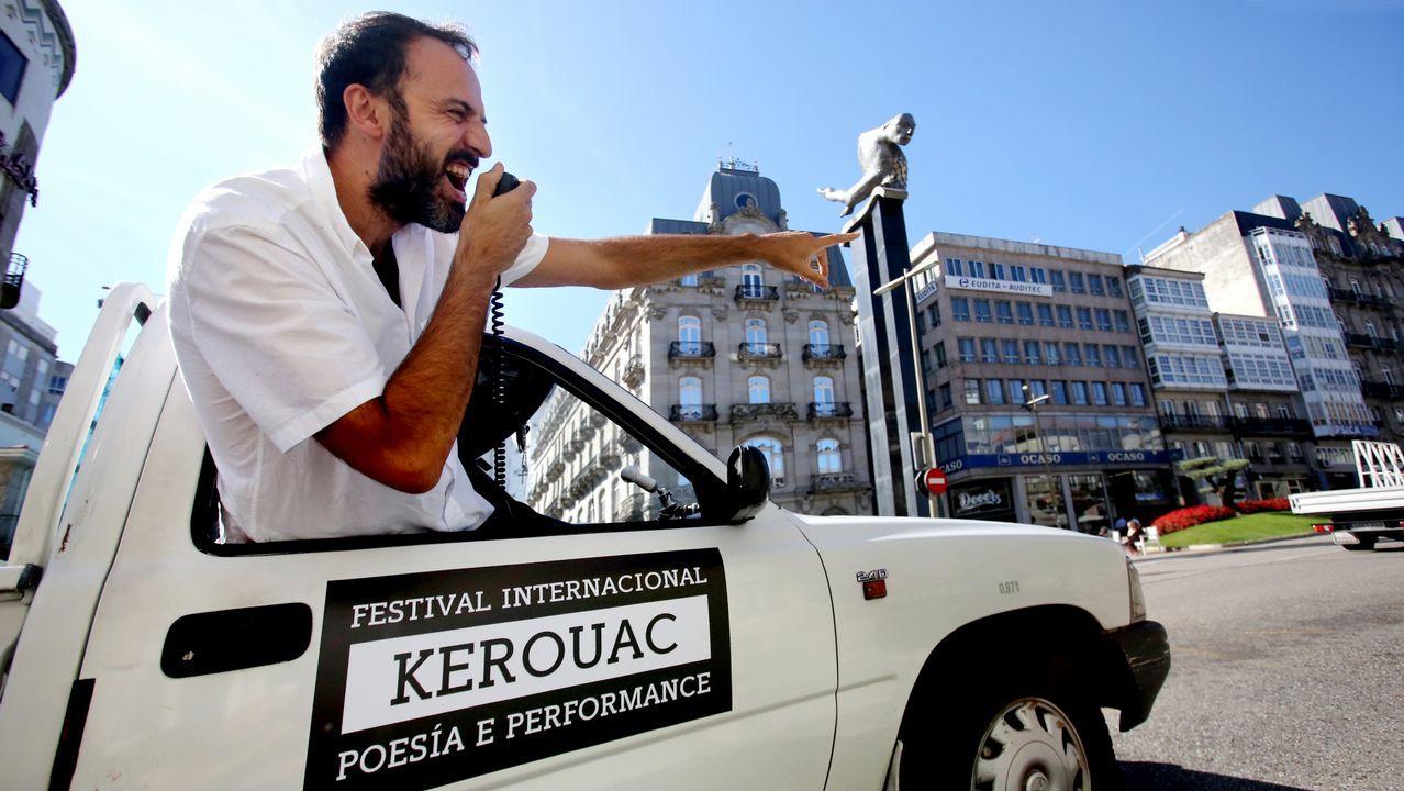 Poemovil del festival Kerouak de poesía en vigo.El bol AB 1 y la jarra Paxaroforme, dos piezas de Sargadelos