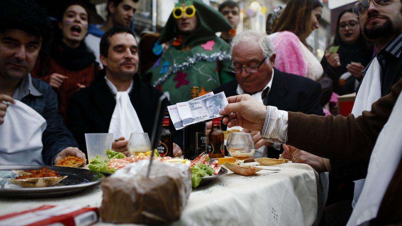 Sin desfile en Xinzo.Xinzo canceló el desfile pero no el entroido. En una mesa representaban escenas de la famosa  serie  Fariña .