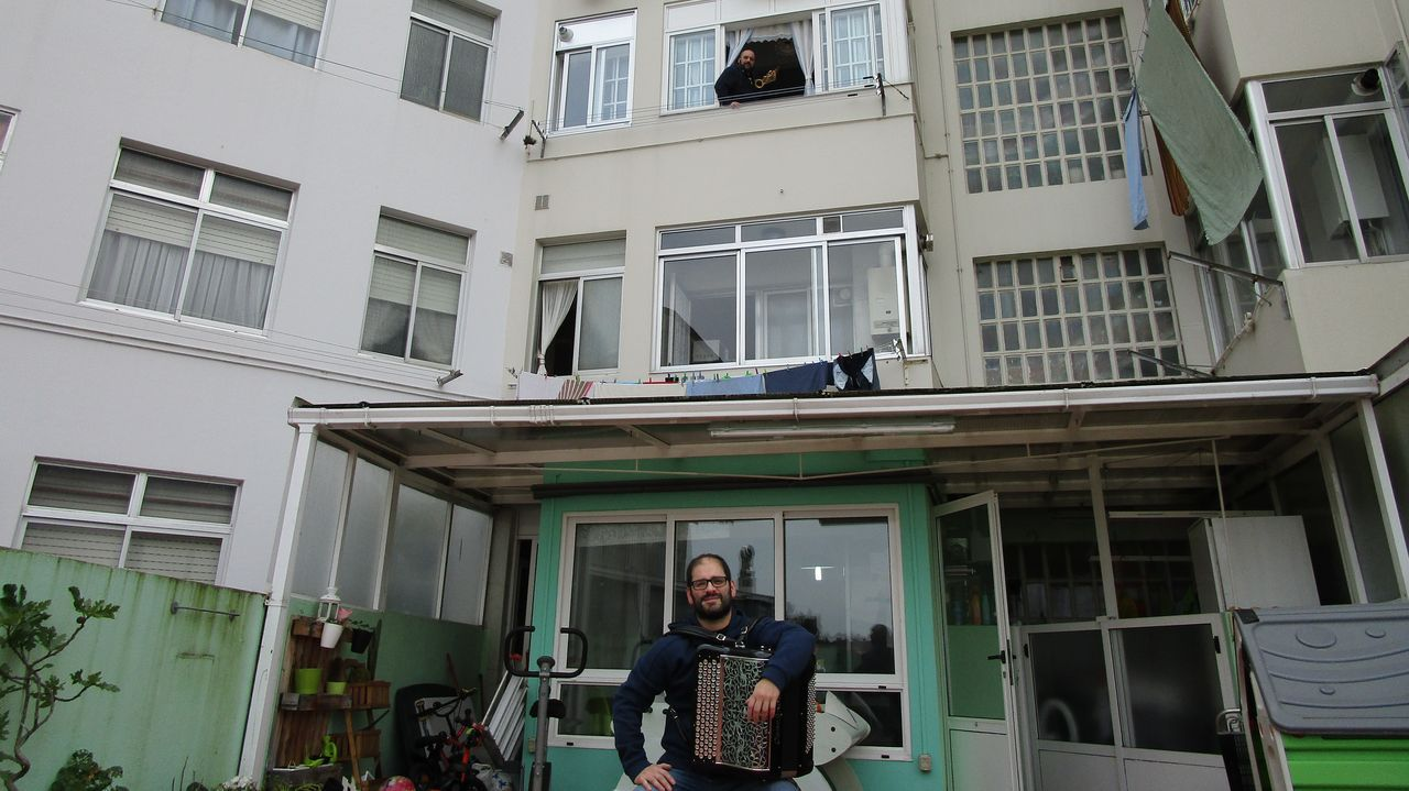 Aplausos y música en la Avenida de Esteiro.Diego Maceiras, en su terraza, y dos pisos mása arriba, su hermano Alberto