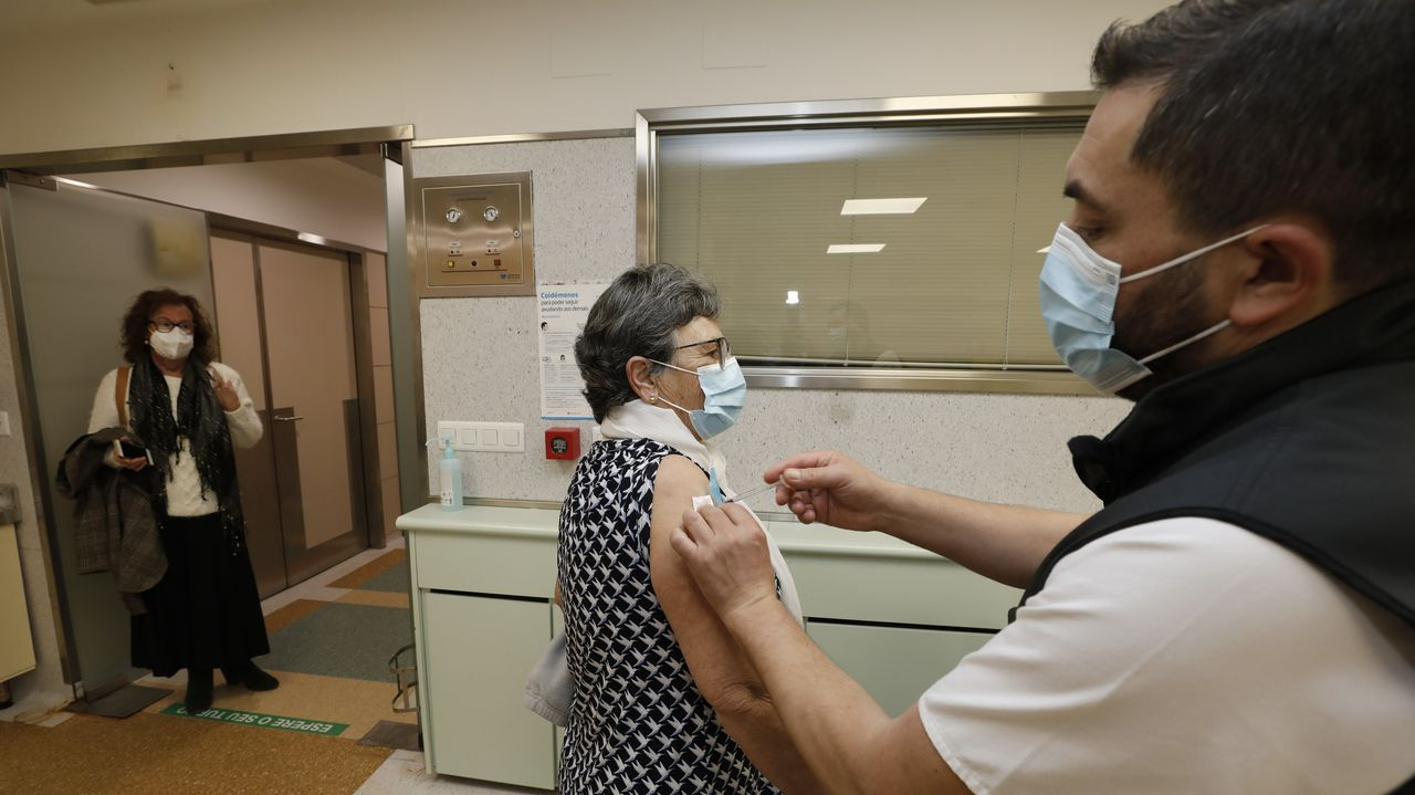 Foto tomada en los últimos días en el hospital mariñano, donde continúa la vacunación frente al covid-19