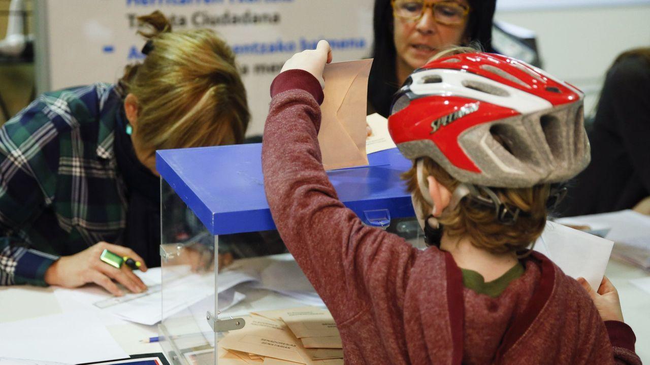 Un niño deposita el votos de sus padres en un colegio electoral donostiarra en las elecciones vascas del 2016