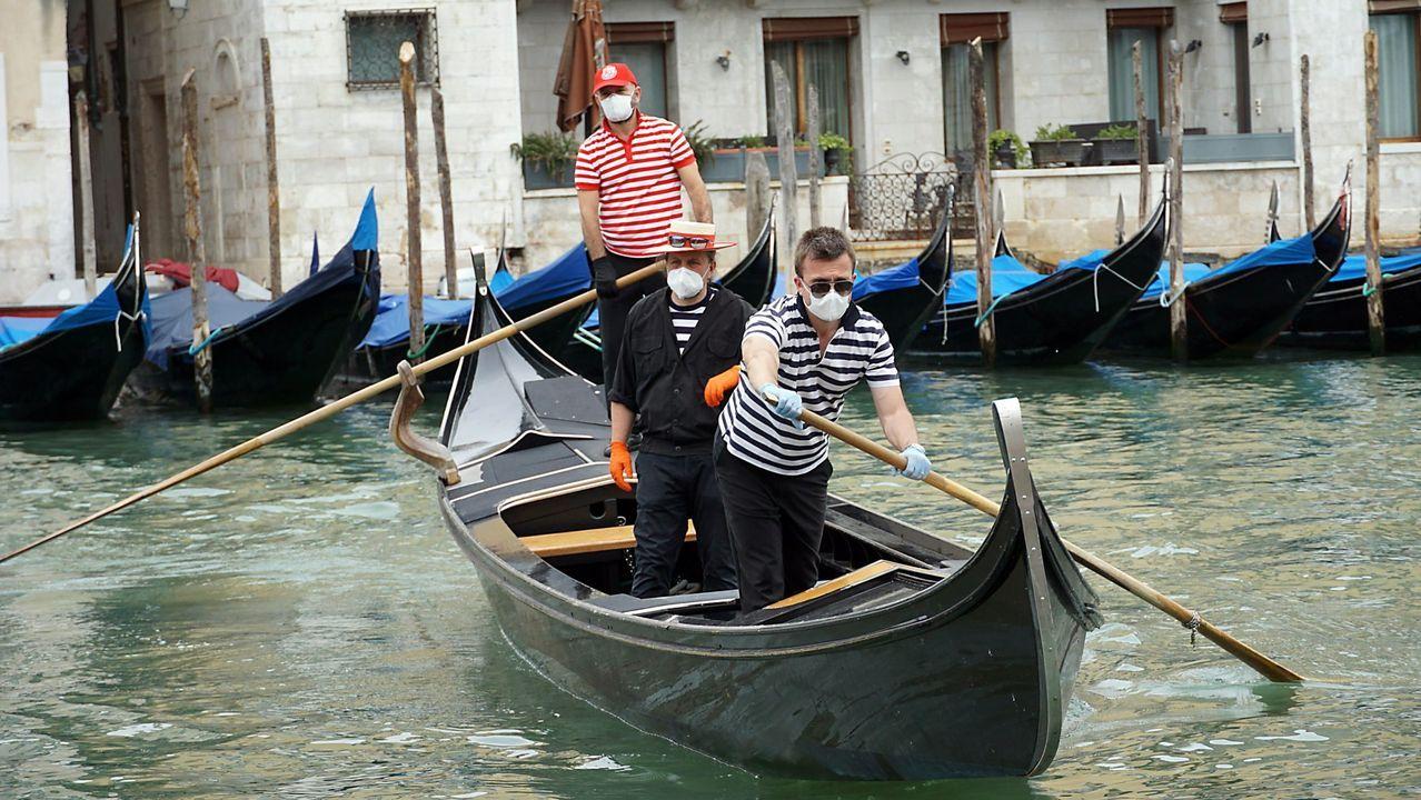 En Venecia, las góndolas siguen esperando a los turistas