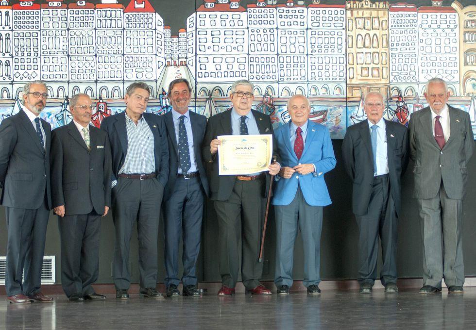 La Real Sociedad Deportiva Hípica entregó las insignias de oro a socios que llevan medio siglo vinculados a la entidad.