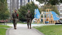 Soldados de la Unidad Militar de Emergencia patrullan un parque de Gijón, durante el estado de alarma por la pandemia en 2020