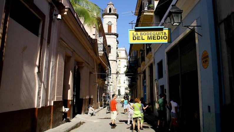 Exterior de La Bodeguita del Medio, lugar de peregrinación de miles de turistas con el mojito como protagonista, ubicada en el barrio La Habana Vieja