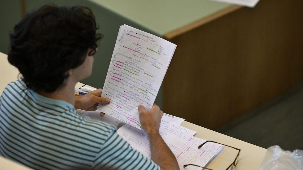 Todas las imágenes de la selectividad en Galicia.Un alumno, minutos antes de empezar el examen de selectividad