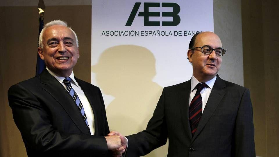 El ex presidente de la AEB, Miguel Martín, da la enhorabuena a su sucesor, José María Roldán