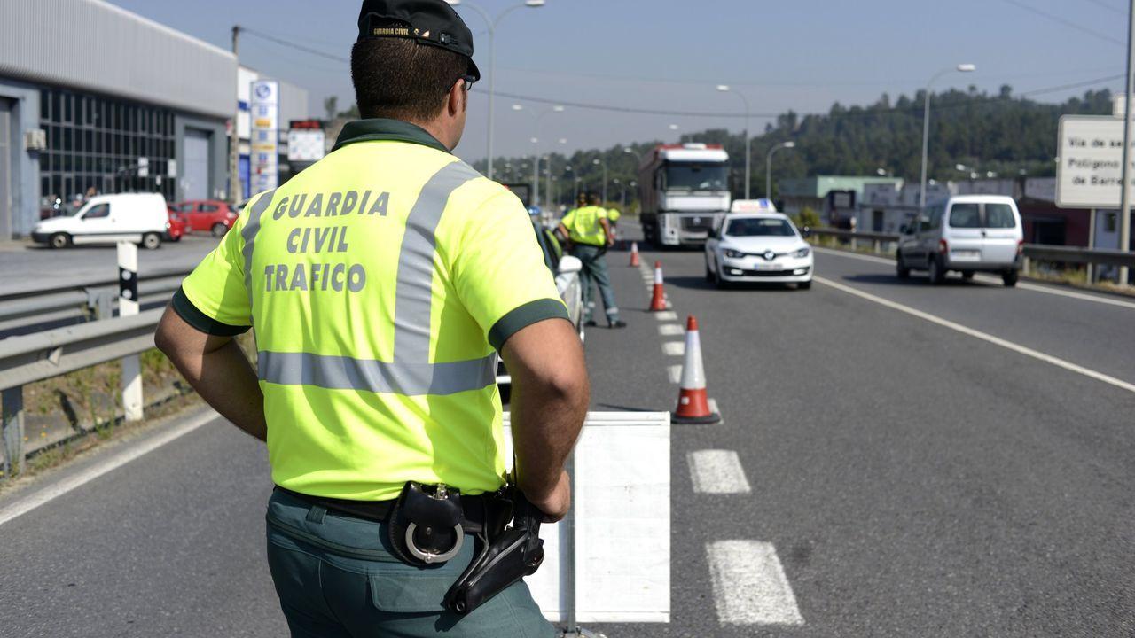 Arreglan provisionalmente lis baches de la autovía Vigo-Ó Porriño a la altura de las curvas de Tameiga .Agentes de la Guardia Civil del destacamento de Tráfico de Ferrol en un reciente control en la carretera de As Pías