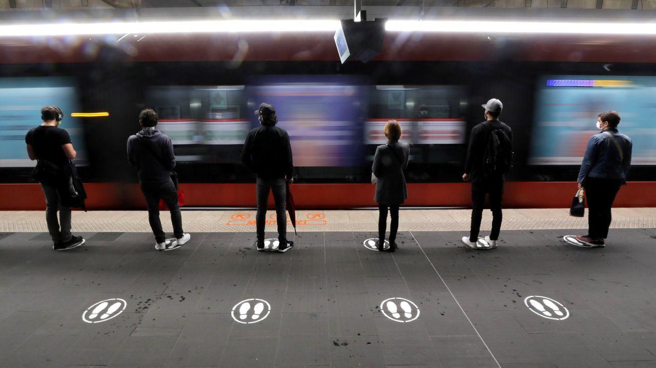 En Niza, los usuarios siguen las normas de distanciamiento social a la hora de tomar el transporte público