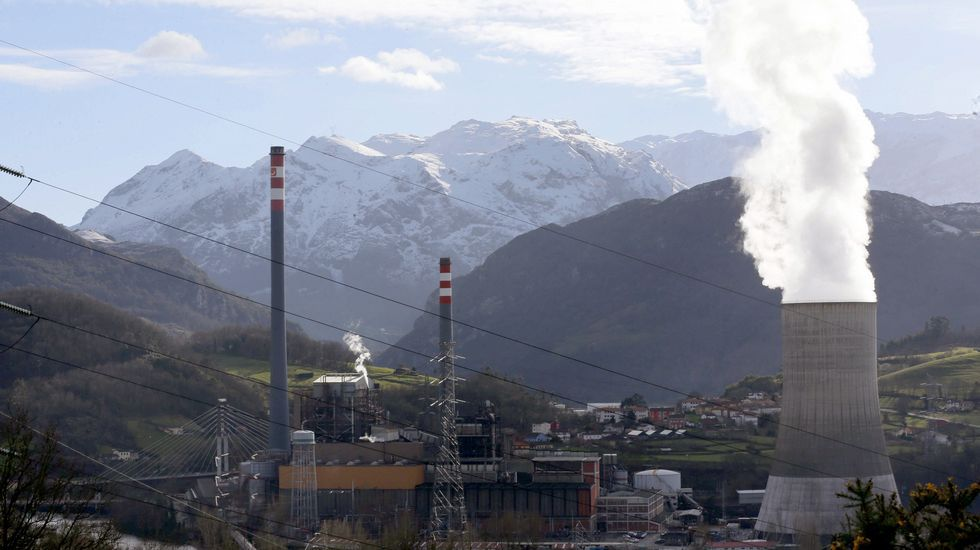 La sede de Duro Felguera.Vista de la central térmica de Soto de Ribera, de la empresa EDP, en las proximidades de Oviedo