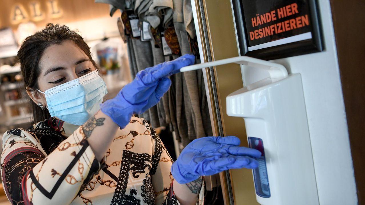 Una trabajadora de una restaurante de Berlín realiza labores de desinfección