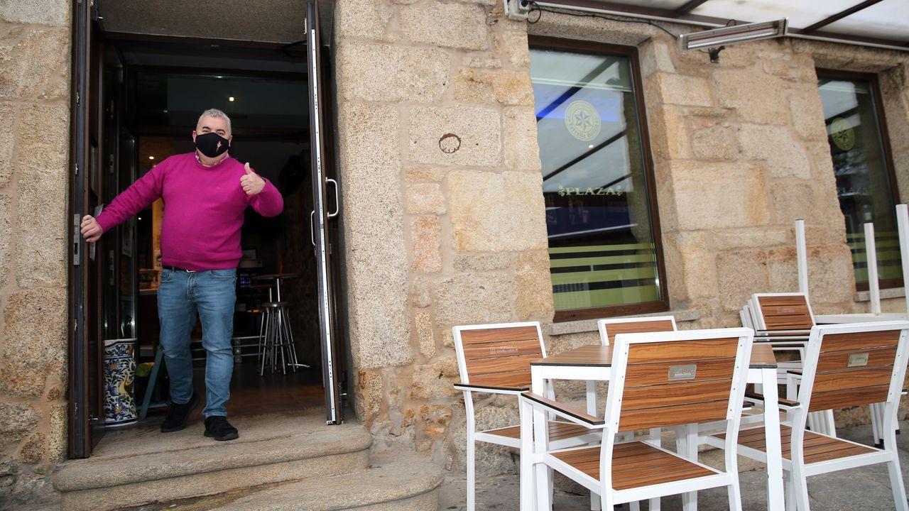 Alegría de los hosteleros que pueden volver a abrir sus locales. En la imagen, uno de Ribeira