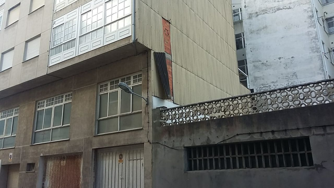 Imagen de una de las chapas que se desprendió este lunes en Foz, en la Praza Rosalía de Castro