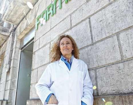 Vicky Junquera regenta una botica en Muxía desde el 2013.